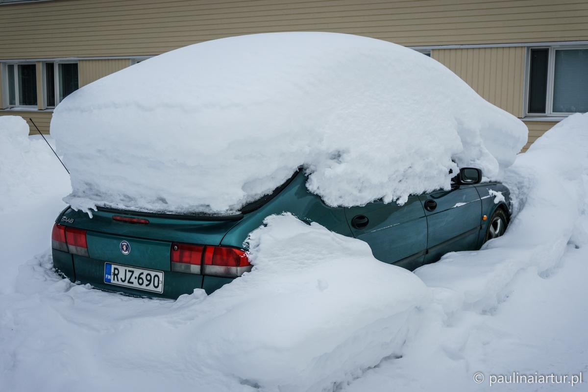 samochod-pod-sniegiem
